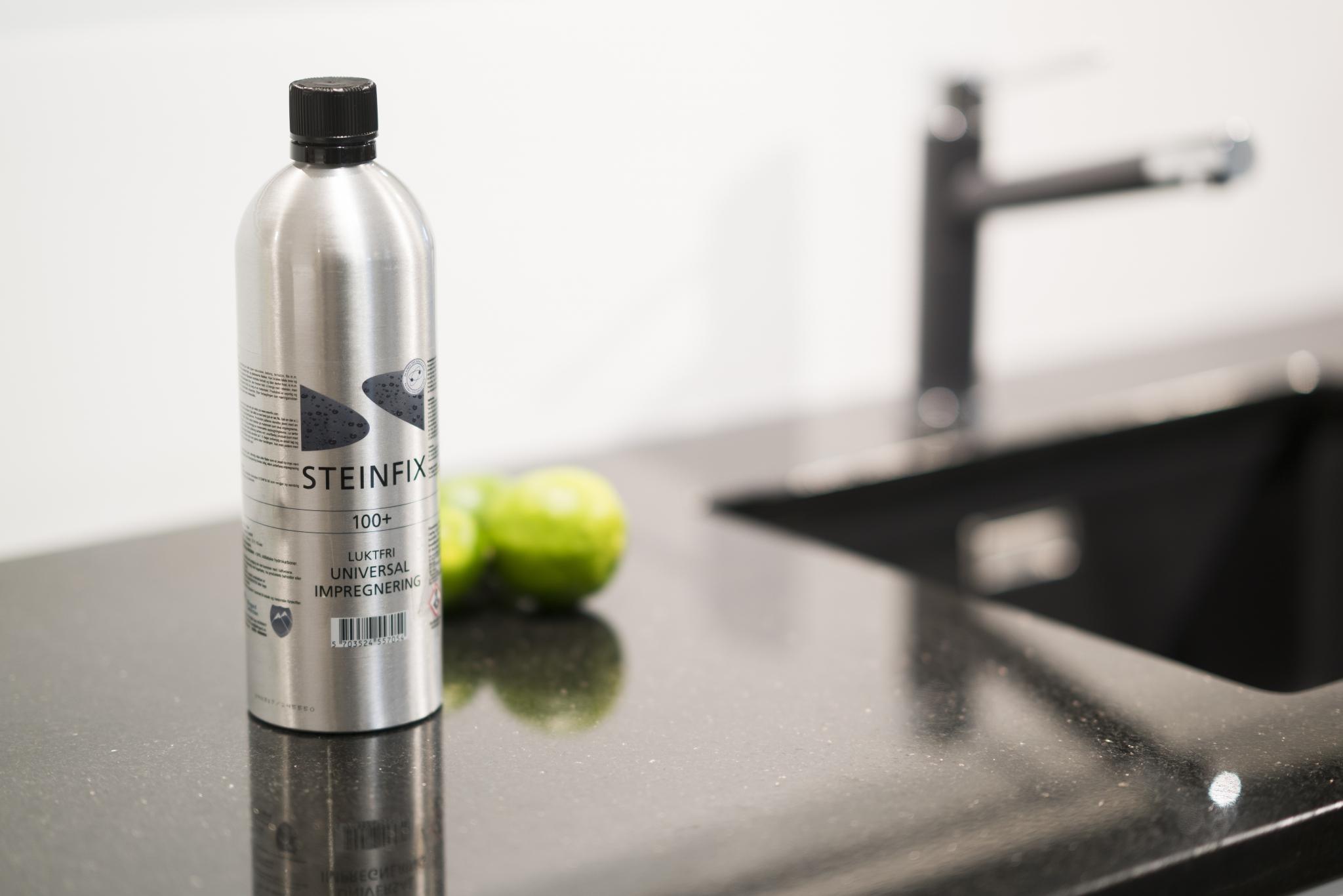 Steinfix 100+ flaske stående på benkeplate. Foto.