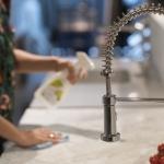 Kvinne vasker benkeplate med Steinfix 70. Foto.