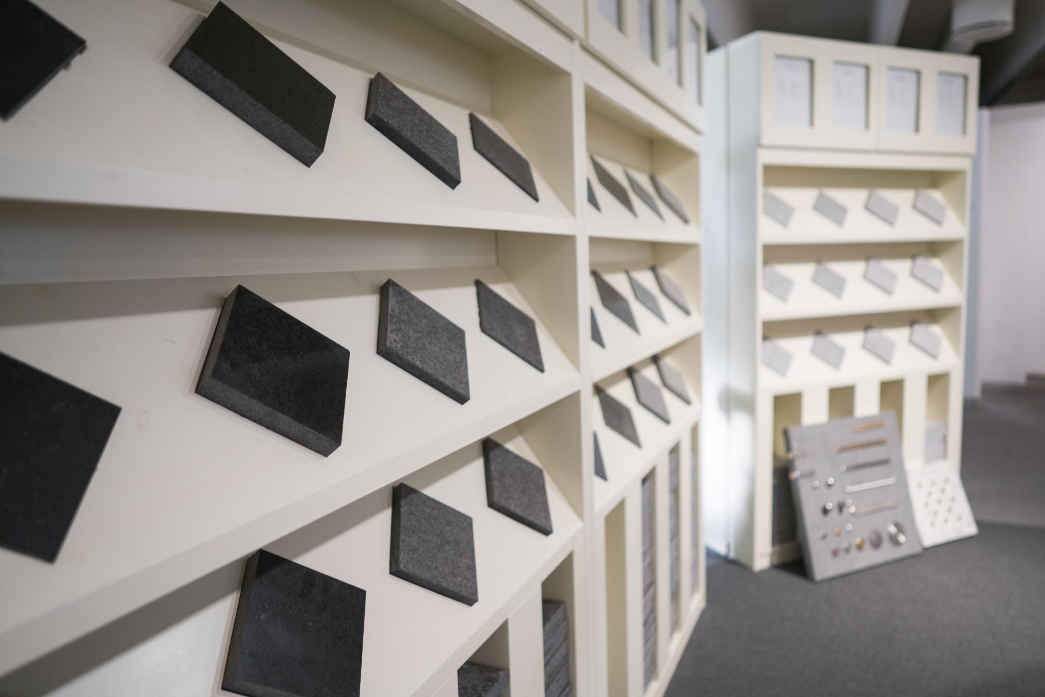 Naturstein utstilt i showroom. Foto.
