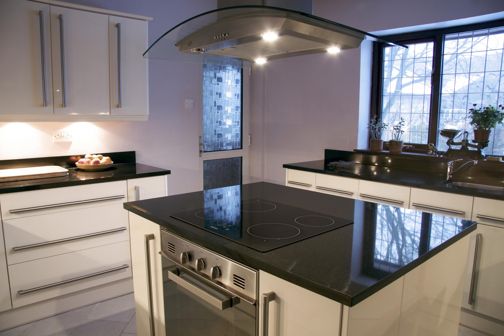Kjøkken med benkeplate i granitt. Foto.