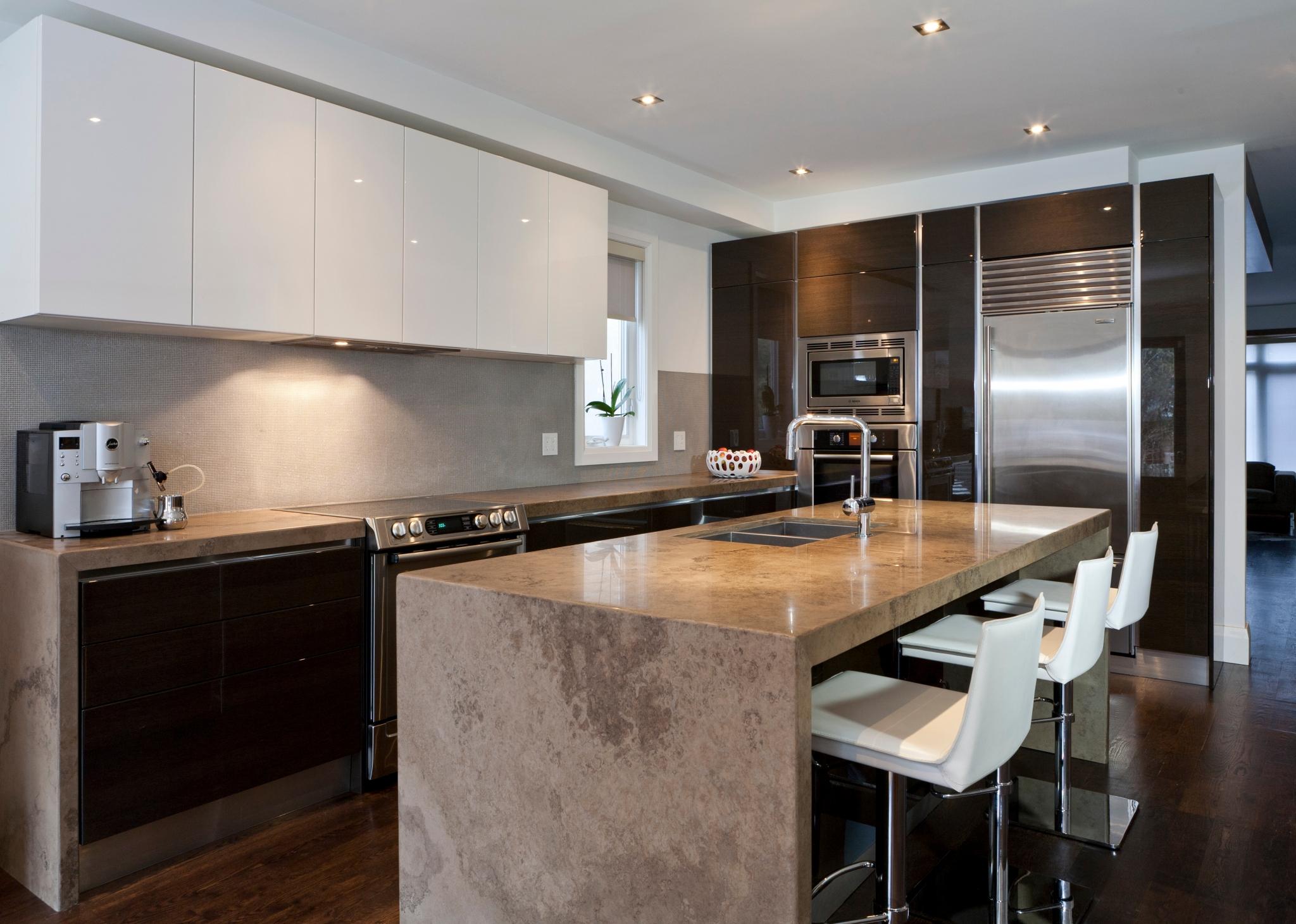 Kjøkken med benkeplate i naturstein. Foto.