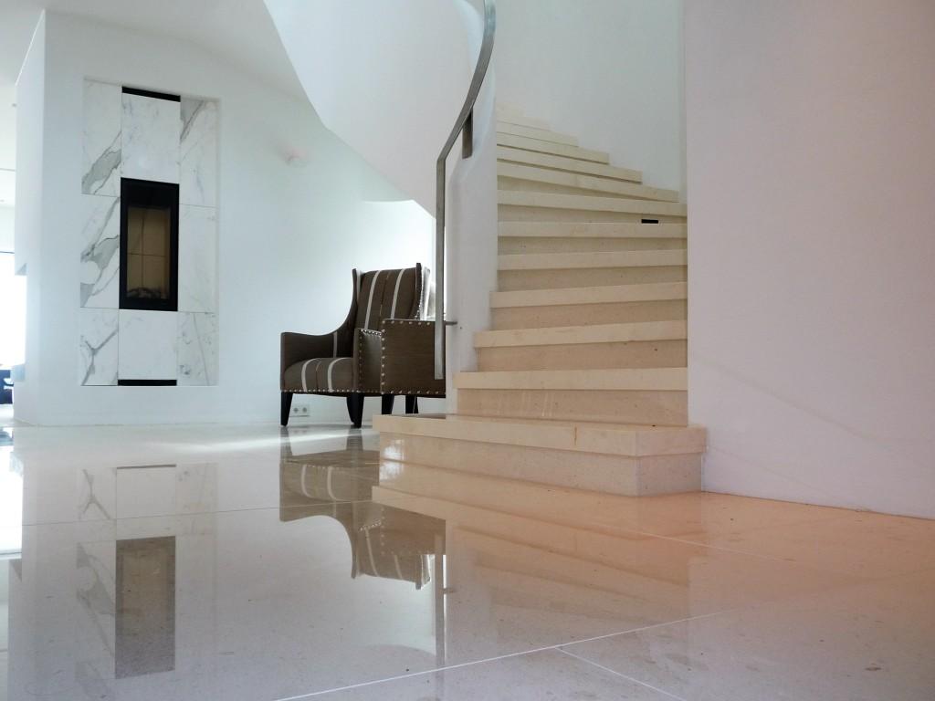 Gulv i kalkstein i bolig. Foto.
