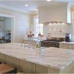 Kjøkken med benkeplate av naturstein. Foto.