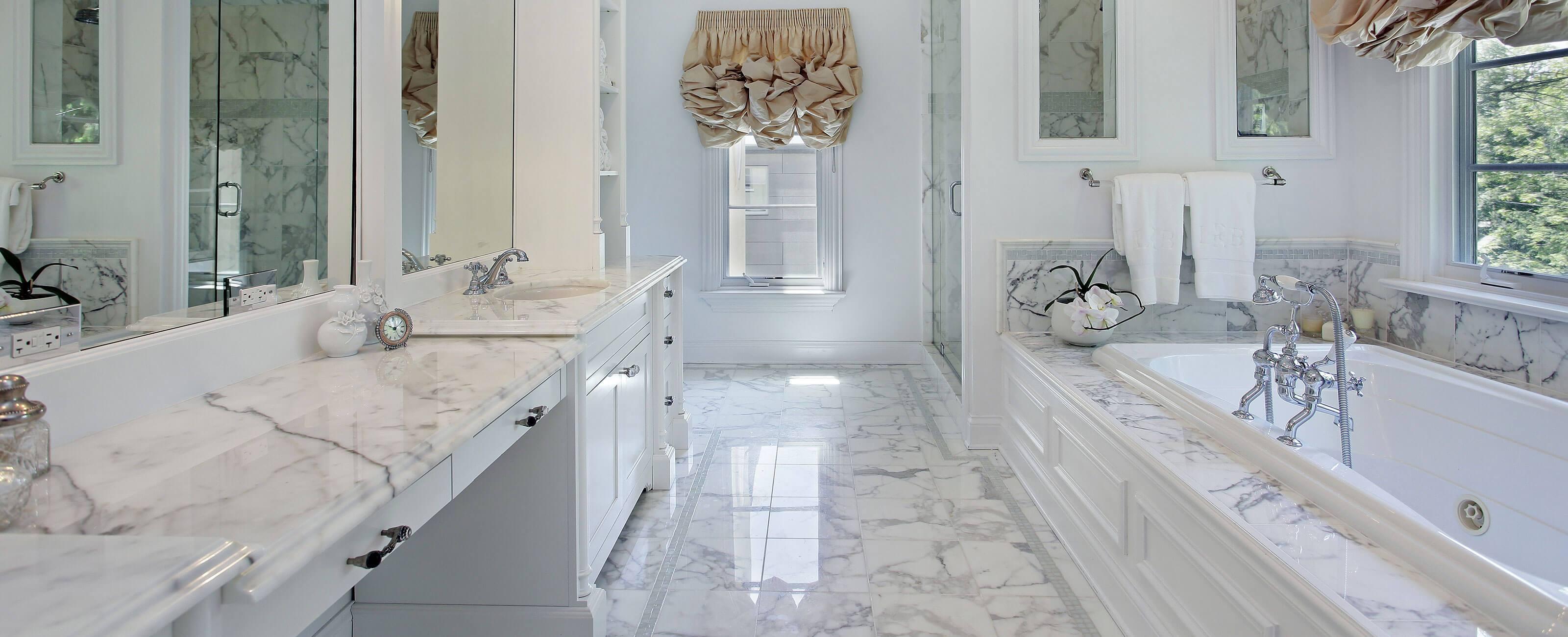 Baderom med gulv og benkeplate i marmor. Foto.