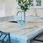 Kjøkken med benkeplate i marmor. Foto.